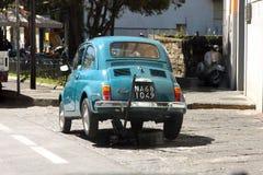 Stary Fiat 500 na dźwigarce Zdjęcia Royalty Free