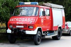 Stary firetruck w napędowym warunku z pełnym wyposażeniem obrazy royalty free