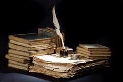 Stary fontanny pióro, książki, inkwell i srebne monety na czarnym tle, Zdjęcie Stock