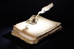 stary fontanny pióro papiery, inkwell na czarnym tle Fotografia Stock