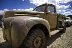 Stary Ford podnosi stary ciężarówkę Obrazy Royalty Free