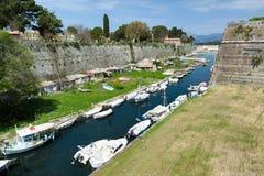 Stary forteca, Corfu miasteczko, Grecja Contrafossa kanał ten łączyć zatokę Kerkyra z zatoką Garitsa zdjęcie royalty free