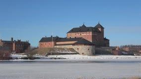 Stary forteca Hameenlinna na brzeg jeziorny Vanajavesi, Finlandia zbiory wideo