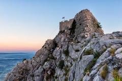Stary forteca na wierzchołku skalista Dinar góra, Omis, Chorwacja zdjęcia stock