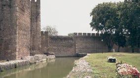Stary forteca od wieków średnich, ściany, wodnych i dekoracyjnych kwiatów, zbiory