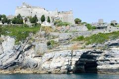 Stary fortless na skalistym nabrzeżnym wychodzie przy Portovenere Obraz Stock