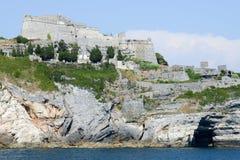 Stary fortless na skalistym nabrzeżnym wychodzie przy Portovenere Fotografia Stock