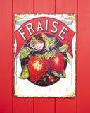 Stary Fraise emalii znak na czerwonym drewnianym tle obrazy royalty free