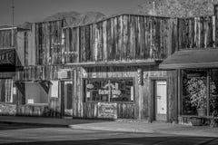 Stary fryzjera m?skiego sklep w historycznej wiosce Samotna sosna MARZEC 29, 2019 - SAMOTNY SOSNOWY CA, usa - fotografia stock