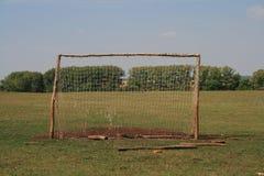 Stary futbolowy cel dla mini futbolu na podeptanym gazonie w lasowej strefie obraz stock