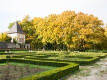 Stary górska chata ogród zdjęcia stock