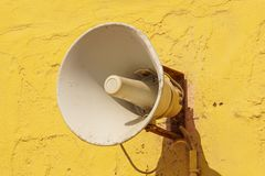 Stary głośny mówca na cementowym ściennym tle zdjęcie stock