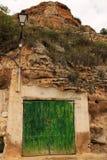 Stary garaż z zielonym drewnianym drzwi wykopującym w górze zdjęcie royalty free