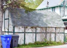 Stary garaż lub stajnia z nowym przetwarzamy kosze w przodzie Fotografia Royalty Free
