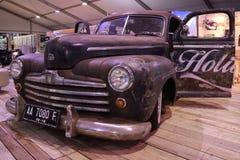 Stary gigantyczny samochód wciąż błyszczy Zdjęcie Royalty Free