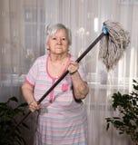 Stary gniewny kobiety grożenie z kwaczem Zdjęcia Stock