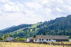 Stary gospodarstwo rolne blisko zbocza Zdjęcie Stock