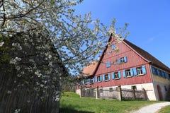 Stary gospodarstwo rolne dom z kwitnąć jabłoni Zdjęcia Royalty Free