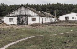 Stary gospodarstwo rolne, zaniechany schronienie dla bydlęcia fotografia stock