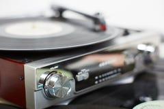 Stary gramofon z dyskami dalej obraz stock