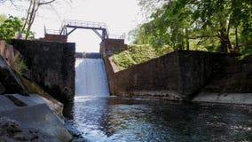 stary grobelny Spillway na rzece Przepływ woda spada puszek zdjęcie wideo