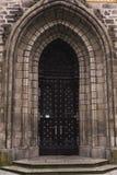 Stary grodowy drzwiowy owalny wśród skalistego kamieniarstwa zdjęcie royalty free