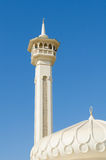 Stary grodzki Dubai biały meczet przeciw pięknemu jaskrawemu niebieskiemu niebu Obraz Stock