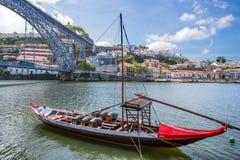 Stary grodzki pejzaż miejski na Douro rzece z tradycyjnymi Rabelo łodziami, Porto, Portugalia zdjęcie stock