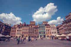 Stary grodzki rynku kwadrat z kolorowymi domami i plenerowymi kawiarniami w Warszawa, Polska Fotografia Royalty Free