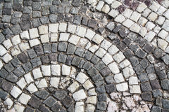 Stary grodzki uliczny brukowanie, okręgu wzoru płytki Rocznik skały Obraz Stock