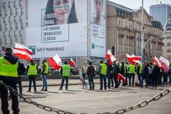 stary Grudzień miasteczko Poland Warsaw Kwiecień 3, 2018 Wiec protestujący w Warszawa Protestujący trzyma plakaty i flagi Polska zdjęcie stock