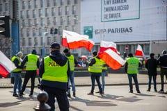 stary Grudzień miasteczko Poland Warsaw Kwiecień 3, 2018 Wiec protestujący w Warszawa Protestujący trzyma plakaty i flagi Polska zdjęcia stock