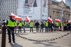 stary Grudzień miasteczko Poland Warsaw Kwiecień 3, 2018 Wiec protestujący w Warszawa Protestujący trzyma plakaty i flagi Polska fotografia stock