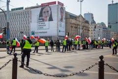 stary Grudzień miasteczko Poland Warsaw Kwiecień 3, 2018 Wiec protestujący w Warszawa Protestujący trzyma plakaty i flagi Polska obraz stock