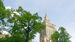 stary Grudzie? miasteczko Poland Warsaw Dom kultura i nauka Ruch kamera, widok przez zielonych drzew zdjęcie wideo