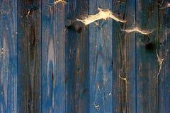 Stary grunge błękit wietrzał drewnianą ścianę z adrą i pajęczynami fotografia royalty free