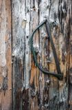 Stary handsaw obwieszenie na drewnianej ścianie fotografia royalty free