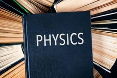 Stary hardback rezerwuje z książkowym Physics na wierzchołku Fotografia Stock