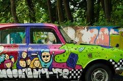 Stary hipisa obozowicza samochód dostawczy przy campingowym miejscem na środowiskowym tle, podróży pojęcie, zbliżenie fotografia stock