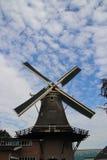 Stary holenderski wiatraczek w villagye wymieniającym Oldebroek z imię De Obręcz, wciąż pracujący jako łupa i jako zgrzytnięcie m zdjęcie stock