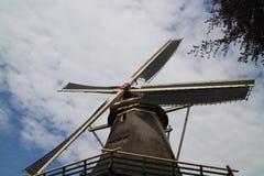 Stary holenderski wiatraczek w villagye wymieniającym Oldebroek z imię De Obręcz, wciąż pracujący jako łupa i jako zgrzytnięcie m fotografia stock