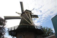 Stary holenderski wiatraczek w villagye wymieniającym Oldebroek z imię De Obręcz, wciąż pracujący jako łupa i jako zgrzytnięcie m zdjęcie royalty free