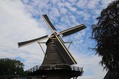 Stary holenderski wiatraczek w villagye wymieniającym Oldebroek z imię De Obręcz, wciąż pracujący jako łupa i jako zgrzytnięcie m zdjęcia royalty free