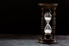 Stary hourglass na ciemnym tle Fotografia Royalty Free
