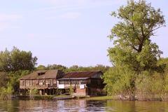 Stary hous przy wody krawędzią Fotografia Royalty Free