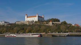Stary Hrad - старый замок в Братиславе Братислава занимает оба банка реки Дуная и реки Morava Стоковые Фотографии RF