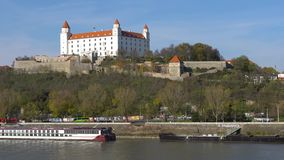 Stary Hrad - altes Schloss in Bratislava Bratislava besetzt beide Banken des Flusses Donau und des Flusses Morava stock video