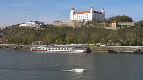 Stary Hrad - altes Schloss in Bratislava Bratislava besetzt beide Banken des Flusses Donau und des Flusses Morava stock footage