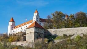 Stary Hrad - oud kasteel in Bratislava Bratislava bezet beide banken van de Rivier Donau en Rivier Morava stock afbeelding