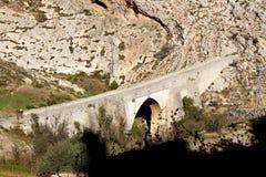 Stary i antykwarski kamienia most w Bocairent wiosce obrazy stock